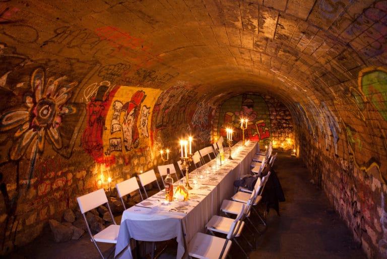Diner dans les catacombes interdites Paris underground bunker banquet elegant Agence WATO evenementiel