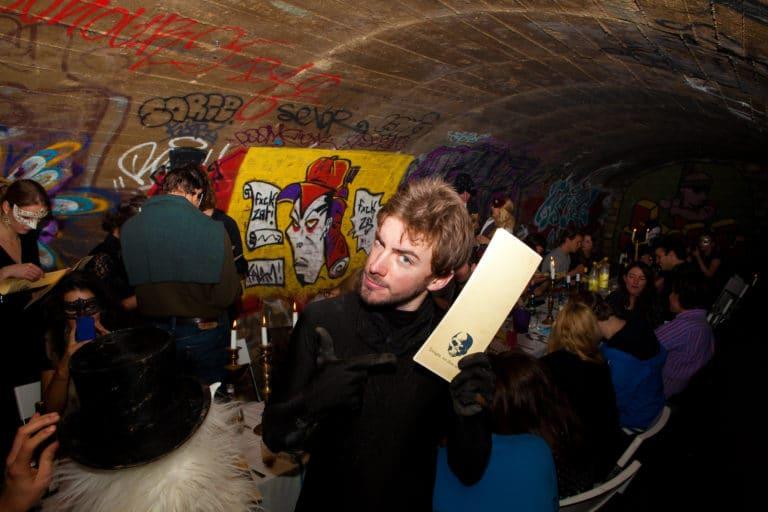 Diner-dans-les-catacombes-interdites-paris