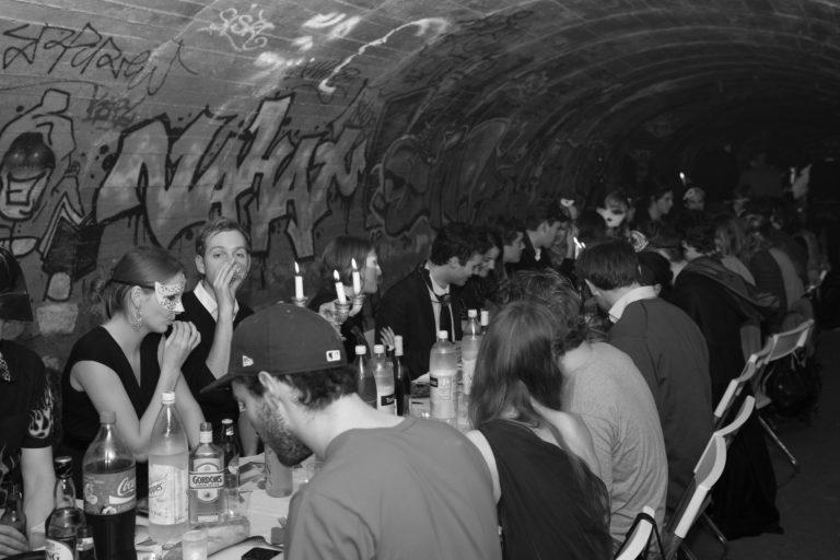 banquet-clandestin-dans-les-catacombes-interdites-Paris