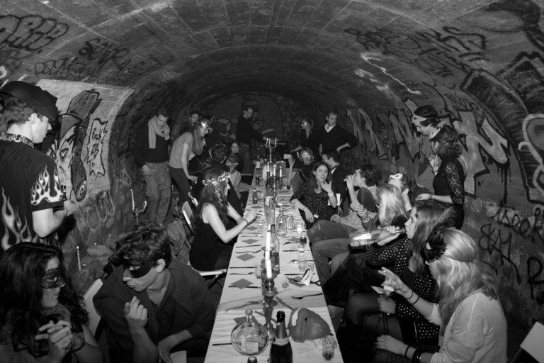 banquet-secret-dans-les-catacombes-interdites-Agence-WATO-Paris