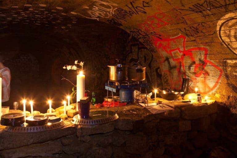 cuisine de fortune dans les catacombes interdites paris