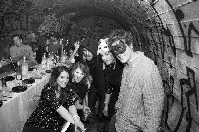 invites-diner-dans-les-catacombes-paris