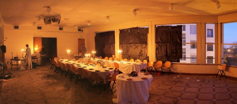 diner aux chandelles dans un lieu abandonne underground chic agence WATO ENS Saint Cloud