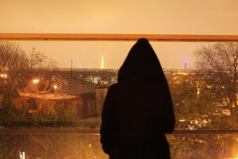 personnage sombre devant fenetre vue sur paris urbex ENS Saint Cloud