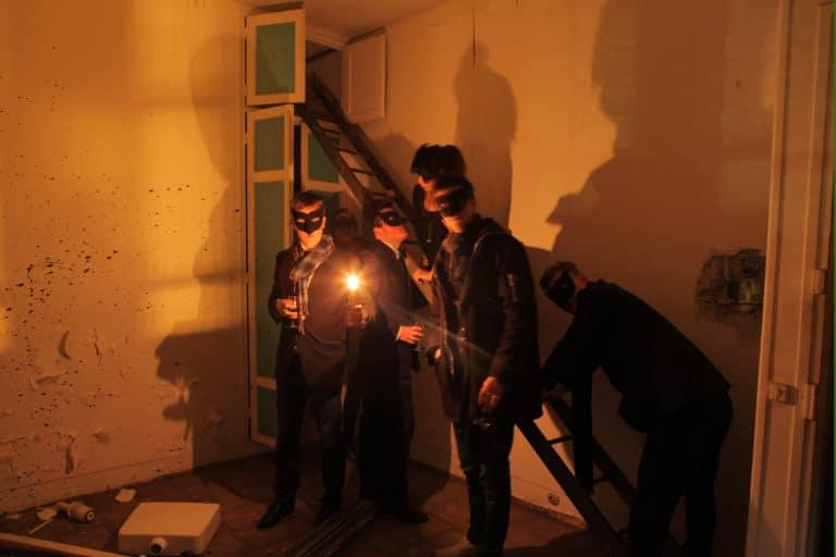 urbex hommes masques bougies ombres ENS Saint cloud