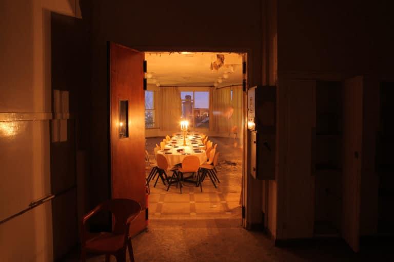 vue mysterieuse diner a travers des portes sombres urbex ENS saint cloud agence WATO