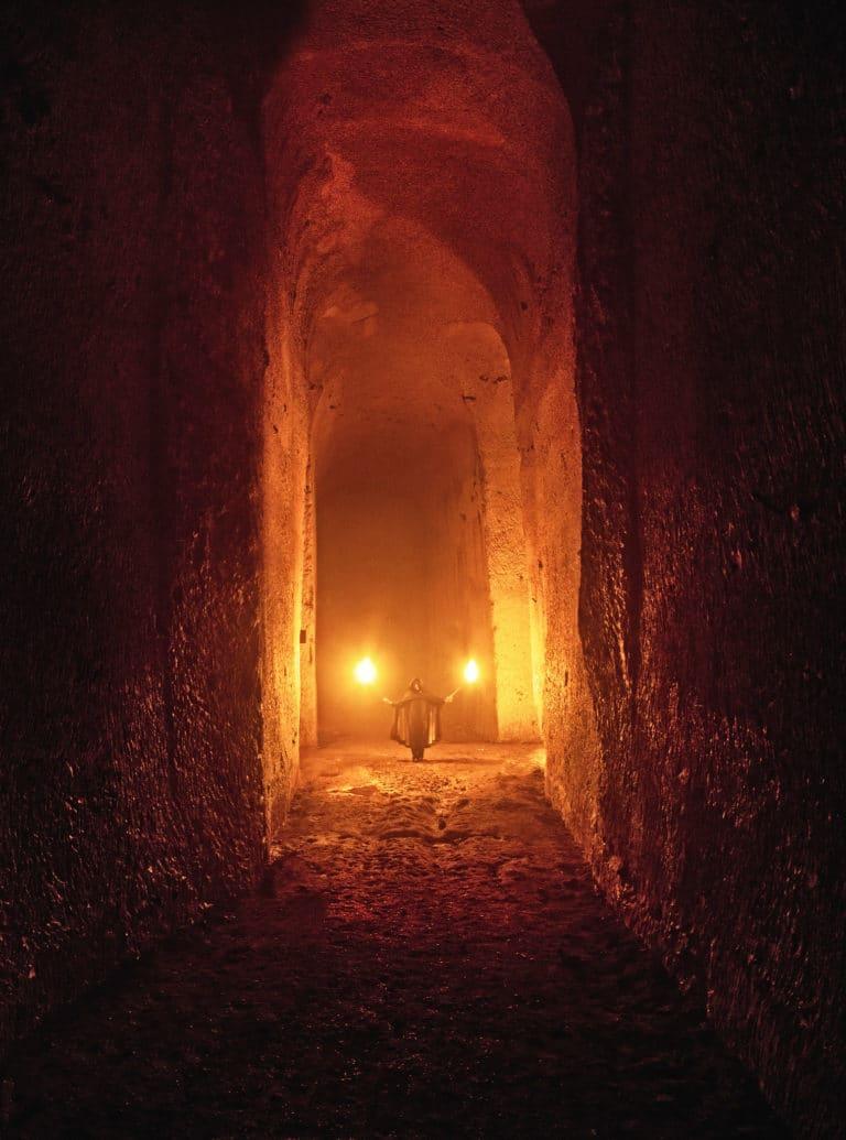 couloir-voutes-flambeaux-urbex-exploration-urbaine-carrière-de-brimborion-abandonnée-urbex-meudon-soirée-publique-WATO-The-Hidden-Temple-agence-wato-we-are-the-oracle-evenementiel-events