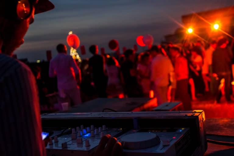 DJ rooftop paris tour eiffel lumieres rouges