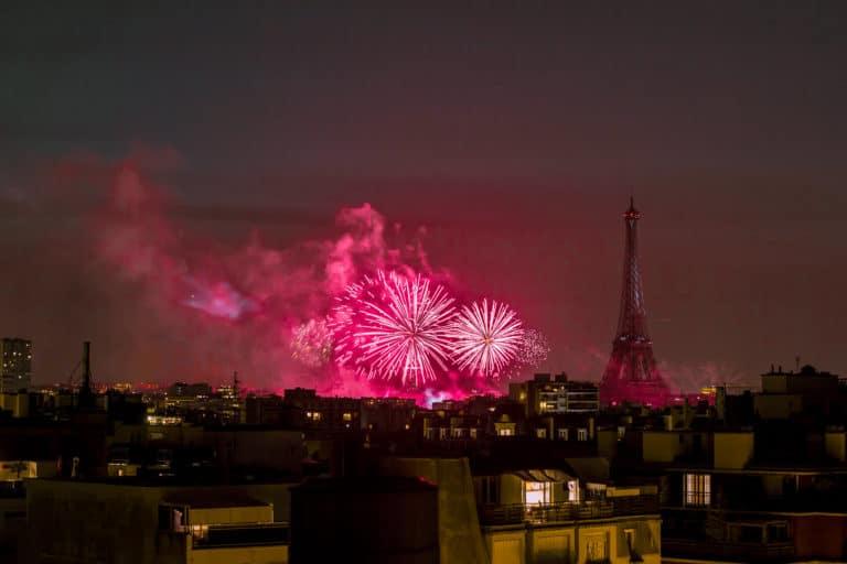feu d artifice rouges tour eiffel paris