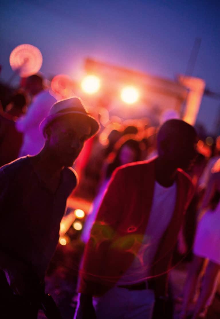 photo soiree contre jour lumiere rouge et jaune soiree rooftop paris black people