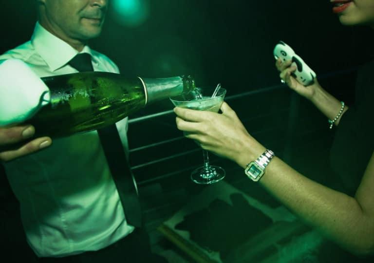coupe de champagne femme glamour montre