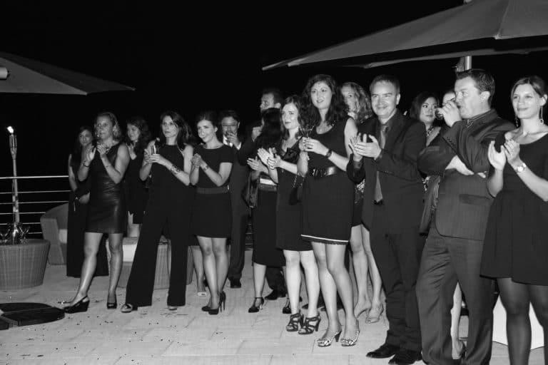 groupe invites applaudissant villa cannes evenementiel