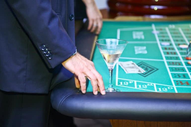 soiree theme james bond cannes evenementiel animation casino coupe de champagne et roulette