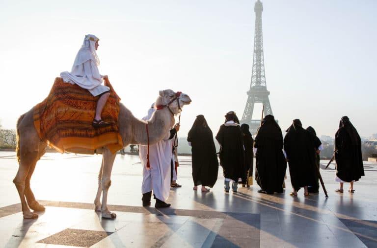 Foulques-Jubert-Prince-arabe-place-dromadaire-tour-eiffel-insolite-esplanade-du-trocadéro-Paris-France-insolite-teaser-video-le-serment-d-alcazar-agence-wato-we-are-the-oracle-evenementiel-event