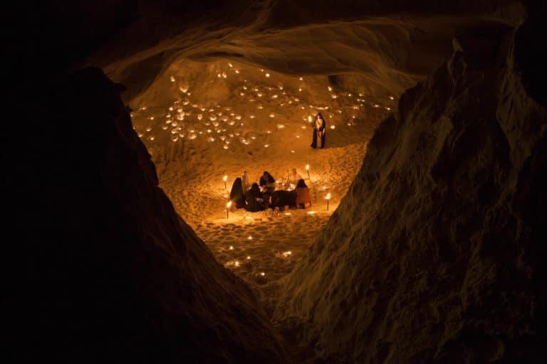 rochers-bougies-torche-sable-grotte-caverne-secrete-insolite-lawrence-d-arabie-France-insolite-teaser-video-le-serment-dalcazar-agence-wato-we-are-the-oracle-evenementiel-events
