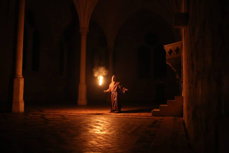 acteur-moine-torche-lueur-bougies-refectoire-abbaye-de-royaumont-teaser-video-soiree-insolite-the-last-monastery-5-ans-wato-agence-wato-we-are-the-oracle-evenementiel-events