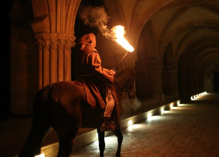 cheval-acteur-moine-torche-lueur-bougies-cloitre-abbaye-de-royaumont-france-teaser-video-soiree-insolite-the-last-monastery-5-ans-wato-agence-wato-we-are-the-oracle-evenementiel-event