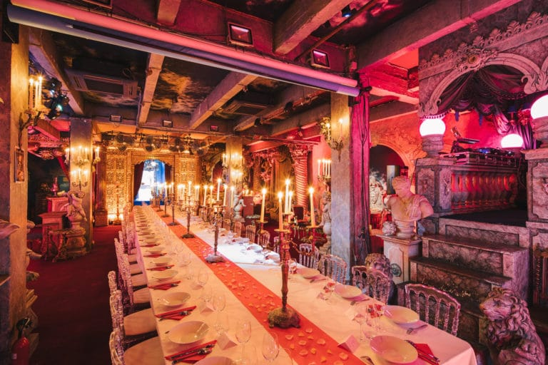table-diner-aux-chandelles-decor-exceptionnel-loft-baroque-paolo-calia-insolite-anniversaire-milliardaire-indien-agence-wato-we-are-the-oracle-evenementiel-event