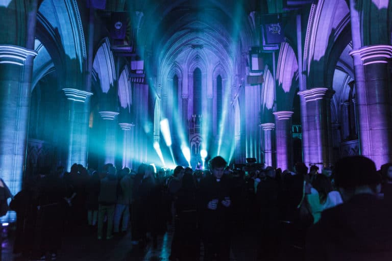 eclairage-evenementiel-soiree-costumee-dans-une-eglise-the-last-monastery-soiree-dansante-cathedrale-americaine-de-paris-5-ans-wato-agence-wato-we-are-the-oracle-evenementiel-events