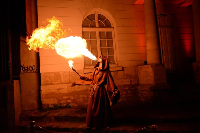 cracheur-de-feu-acteur-paranormal-theme-cafe-a-ancien-couvent-des-recollets-evenement-corporate-amazon-thriller-party-agence-wato-we-are-the-oracle-evenementiel-event