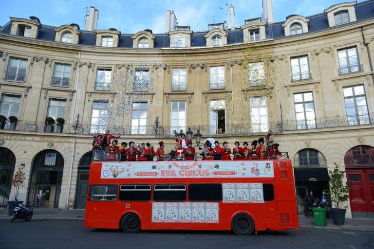 fanfare-orchestre-trombone-musique-bus-imperial-bus-anglais-immmeubles-haussmanniens-paris-france-evenement-sur-mesure-teaser-bva-circus-agence-wato-we-are-the-oracle-evenementiel-events