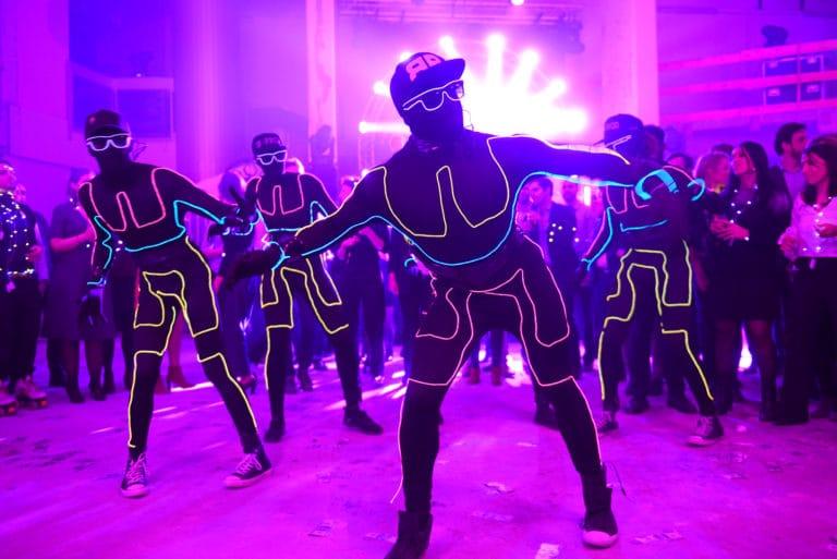 Neuflize-danseurs-hiphop-costume-néon-performance-dancefloor-danse-chorégraphie-robot-casquette-lunette-soirée-event-bal-lumineux-agence-wato-banque-lieu-insolite-brut-urbain-paris