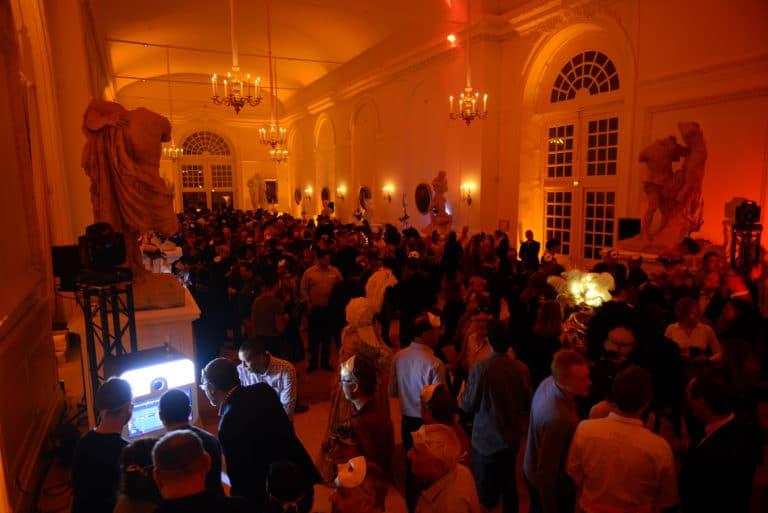 soiree-dansante-dancefloor-costumes-epoque-robes-masques-venise-evenement-sur-mesure-scenographie-sur-mesure-une-nuit-a-venise-icdc-cnpti-agence-wato-we-are-the-oracle-evenementiel-event