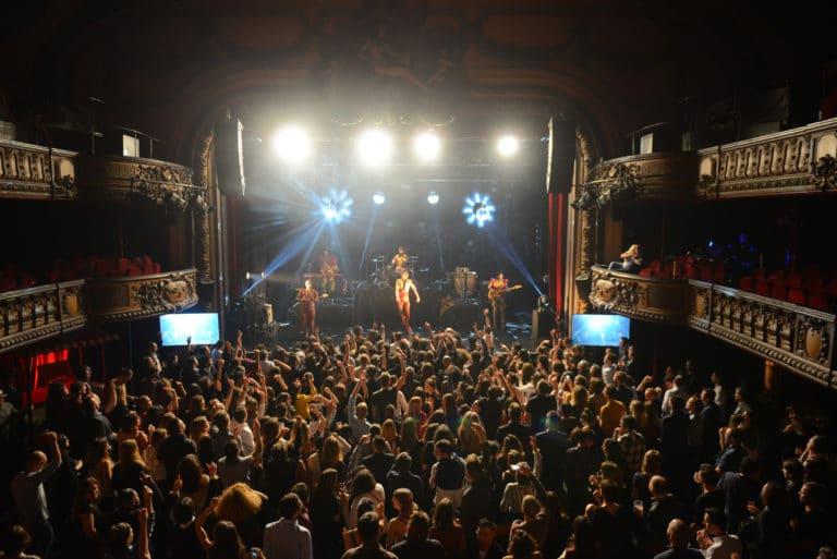 deluxe-concert-prive-exeptionnel-dancefloor-soiree-dansante-trianon-theatre-paris-france-soiree-coporate-scenographie-sur-mesure-bva-circus-agence-wato-we-are-the-oracle-evenementiel-event