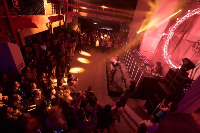 show-scratch-hip-hop-dj-netik-dj-fly-champions-du-monde-dmc-paris-france-soiree-coporate-platines-vinyles-evenement-sur-mesure-amazon-party-agence-wato-we-are-the-oracle-evenementiel