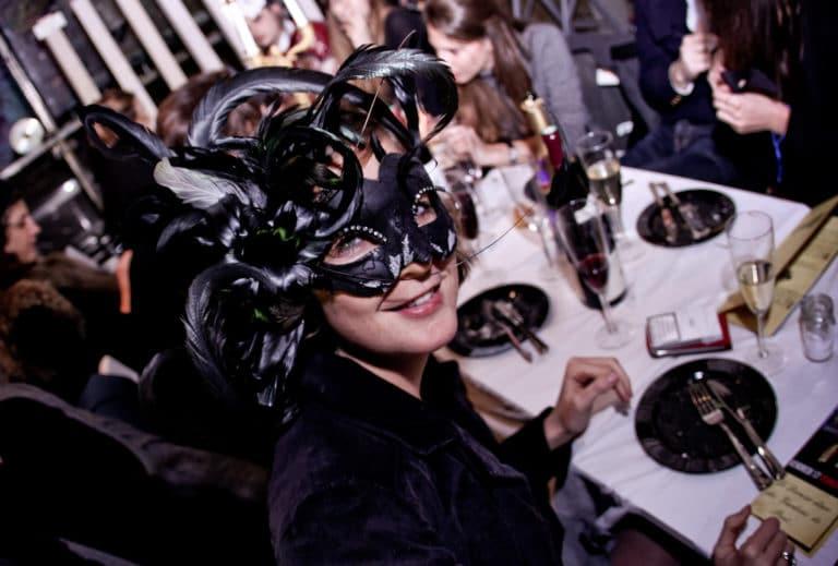 belle femme masquee plumes diner chic dans un squatt arty a Paris Agence WATO