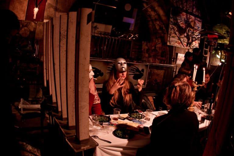 diner dans un squatt arty parisien