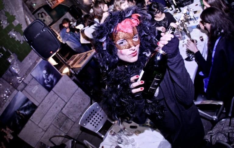 invitee masquee diner WATO dans un squatt artistes paris underground chic
