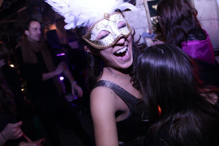 invitee masquee rire soiree paris