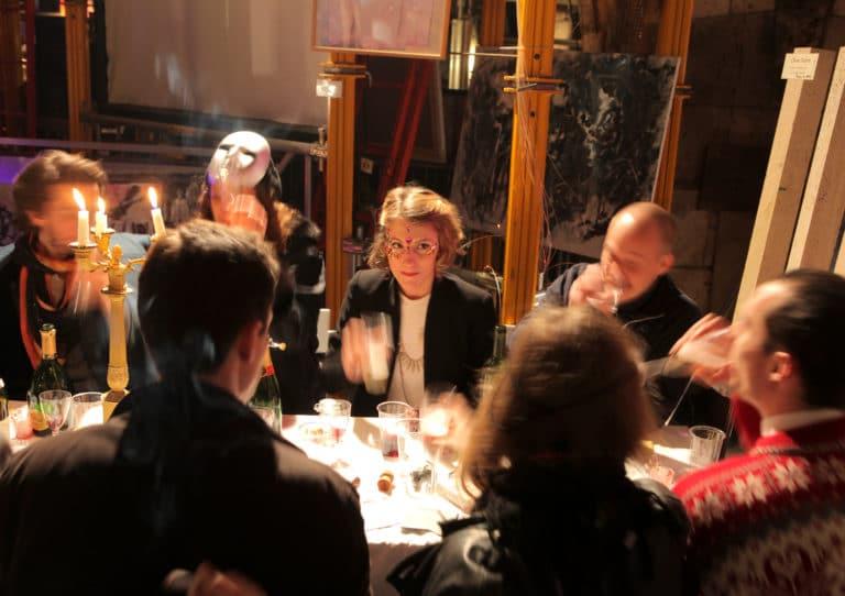 invites masques diner chic dans un squatt arty paris