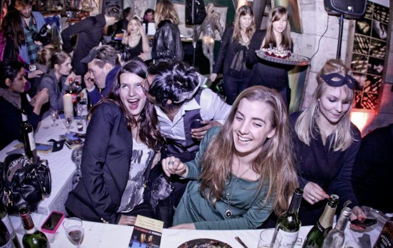 invites qui s amusent diner WATO dans un squatt paris
