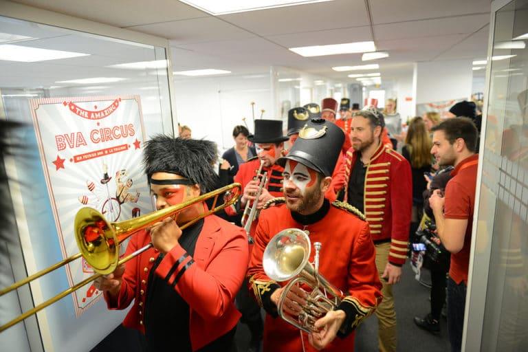 BVA-CIRCUS-debarquement-en-open-space-fanfare-Gratkipoils-agence-wato-paris-costume-rouges