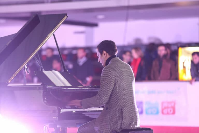 Mattias mimoun pianiste piano a queue patinoire pailleron scenographie sur mesure soiree exceptionelle 10 ans espace sportif pailleron ucpa agence wato we are the oracle evenementiel event