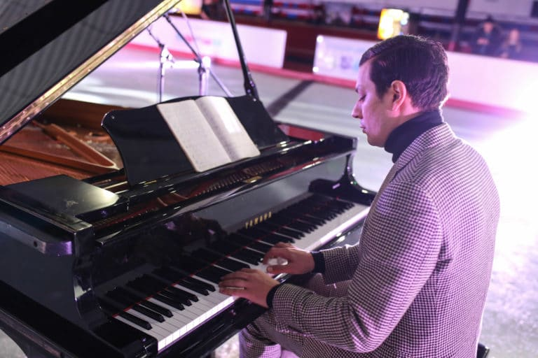 Mattias mimoun pianiste piano a queue patinoire pailleron scenographie sur mesure soiree exceptionelle 10 ans espace sportif pailleron ucpa agence wato we are the oracle evenementiel events