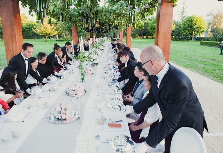 serveurs traiteurs table decor vegétal bouteilles suspendues art de la table canopée castel dîner de prestige chateau Barreyres haut-médoc france groupe castelagence wato we are the oracle evenementiel event