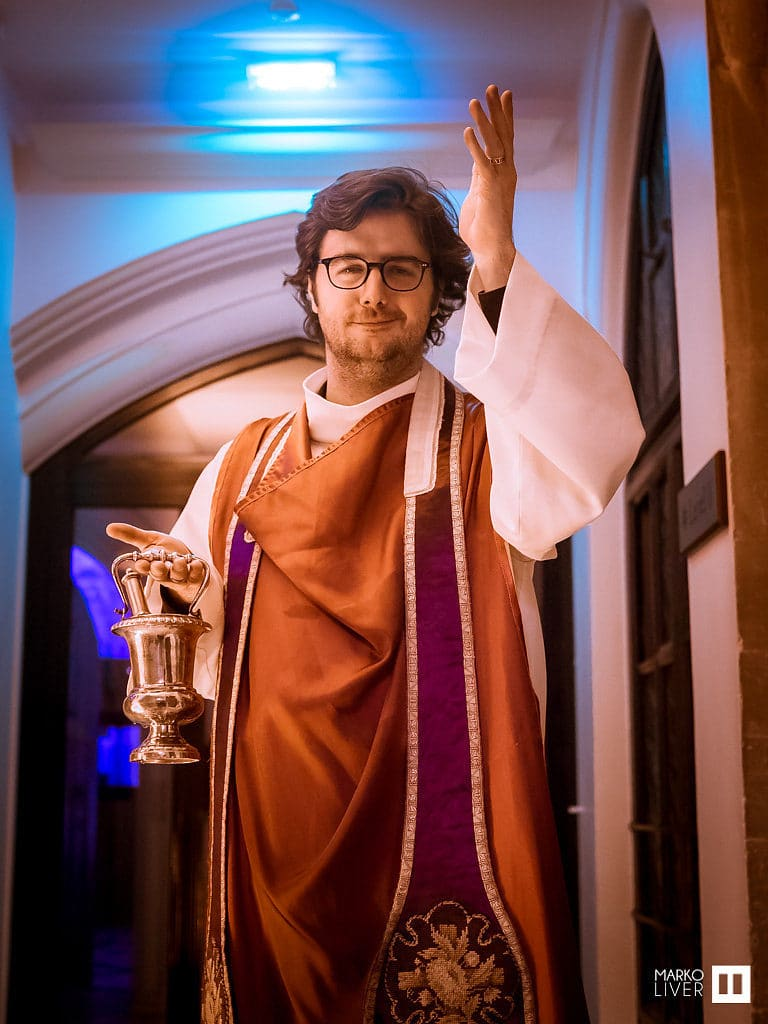 acteur diacre soiree costumee dans une eglise the last monastery cathedrale americaine de paris 5 ans wato agence wato we are the oracle evenementiel events