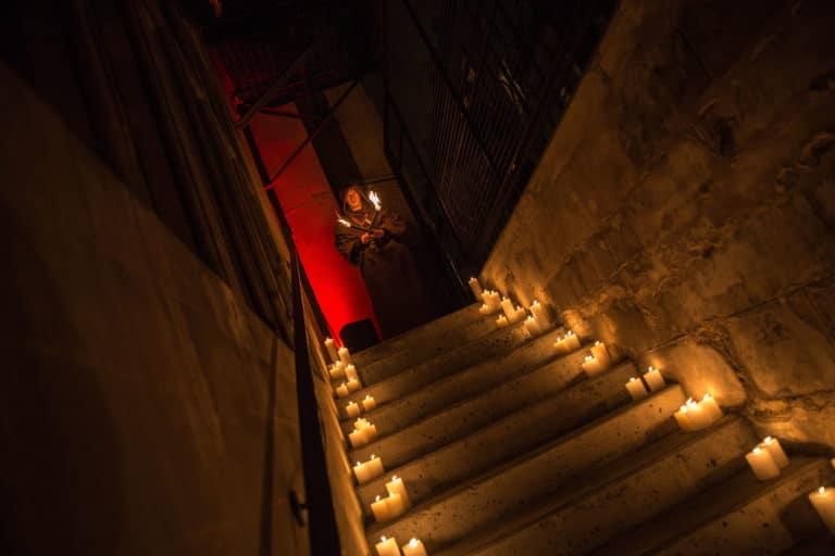acteur moine escaliers bougies soiree costumee dans une eglise the last monastery cathedrale americaine de paris 5 ans wato agence wato we are the oracle evenementiel events