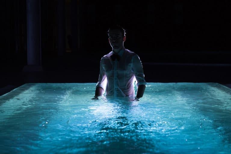 acteur piscine dress code blanc chemise espace sportif pailleron paris france teaser underwater 3 agence wato we are the oracle evenementiel event