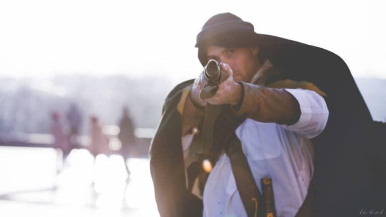 acteurs fusil mis en joue arabe place esplanade du trocadéro Paris France insolite teaser video le serment d'alcazar agence wato we are the oracle evenementiel events