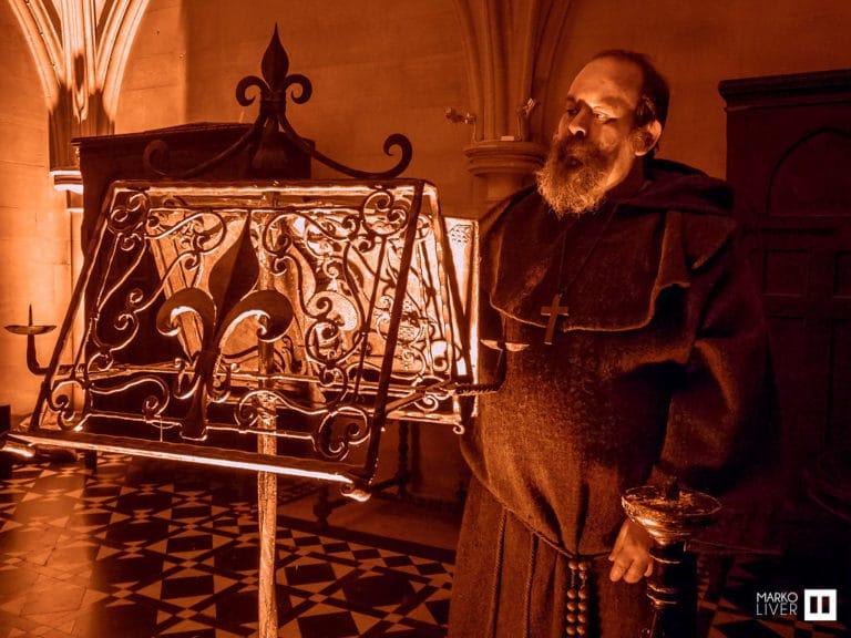benoit amelin moine acteur soiree costumee dans une eglise the last monastery cathedrale americaine de paris 5 ans wato agence wato we are the oracle evenementiel events