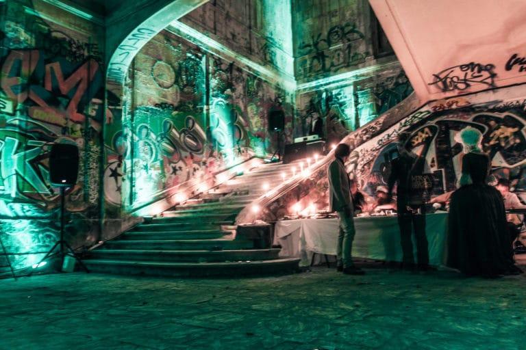 bougies escalier interieur urbex exploration urbaine insolite interdit Château Rothschild Boulogne Billancourt soirée WATO The Ghost Society agence wato we are the oracle evenementiel events