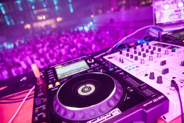 cabine dj platines pioneer table mixage fosse piscine pailleron espace sportif pailleron Paris 19 france the underwater party soirée wato agence wato we are the oracle evenementiel event (2)