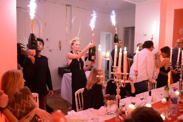 champagne diner aux chandelles exceptionnel coiffes personnalisees appartement haussmannien scenographie sur mesure evenement prive le bal sauvage agence wato we are the oracle evenementiel events