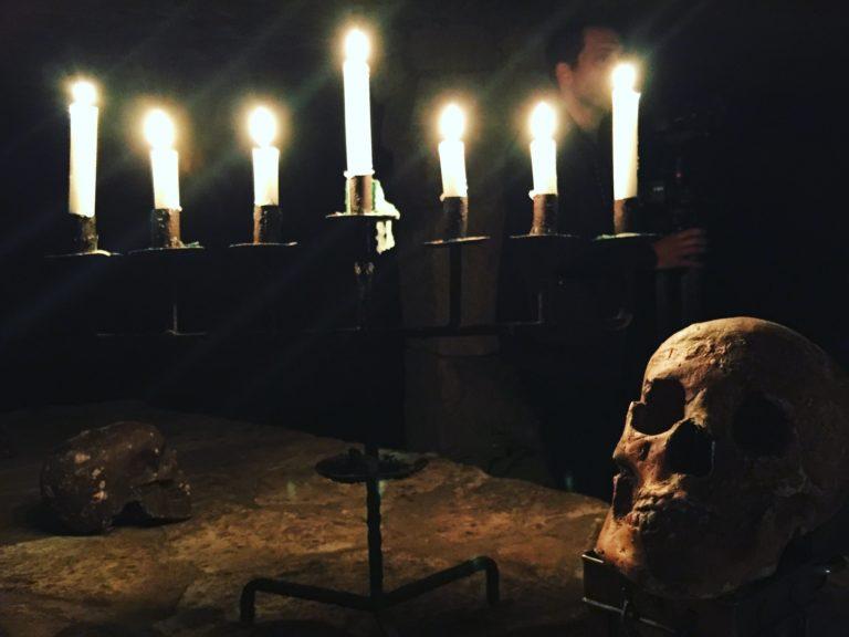 chandelier bougies crane dejeuner insolite dans les catacombes carriere de calcaire merci alfred applicaiton grood paris france agence wato we are the oracle evenementiel event