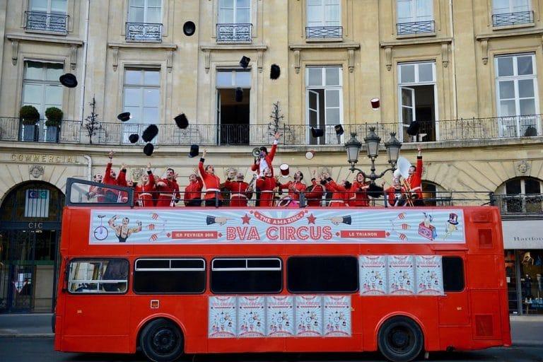 chapeaux fanfare orchestre trombone musique bus imperial bus anglais immmeubles haussmanniens paris france evenement sur mesure teaser bva circus agence wato we are the oracle evenementiel events