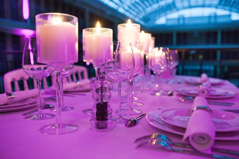décoration de table diner aux chandelles Piscine Pailleron Espace Sportif Pailleron Paris France diner volants My Little Paris agence wato we are the oracle evnementiel events